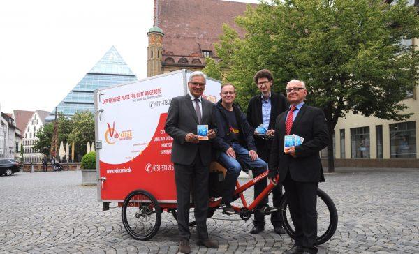 Gunter Czisch, Werner Kammerer (Rad-Auslieferer Velocarrier), Martin Müller, Vorstandsvorsitzender des UNW, und Reinhard Junginger, Stellvertreter des Oberbürgermeisters von Neu-Ulm.